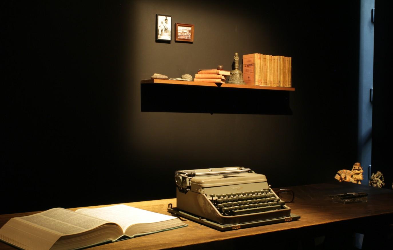 Réplica da secretária de José Saramago que integra a exposição